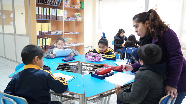 Psicopedagoga con alumnos